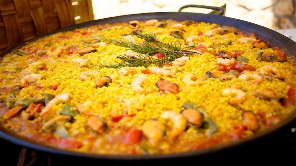 paella-friday-and-live-music-at-le-vert-chamonix-main-town